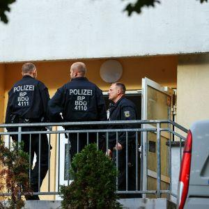 Kuvassa on poliiseja Saksassa.