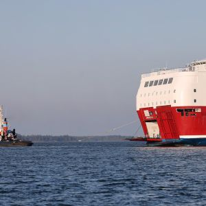 Viking Linen risteilyalus Amorella ja hinaaja aamulla Järsö-saaren rannan lähellä Ahvenanmaalla 23. syyskuuta 2020.