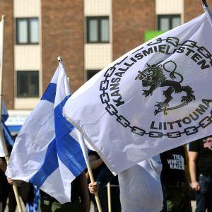 Ihmisiä Kansallismielisten liittouman äärioikeistolaisessa 188-Kukkavirta-tapahtumassa Turussa