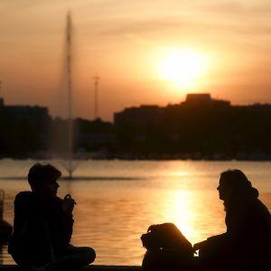 Ulkoilijoita auringonlaskun aikaan Tokoinrannassa Helsingissä lauantaina 26. syyskuuta.