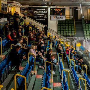 SM-liigan katsomot täytetään arviolta 40–60 prosenttiin kapasiteetista. Kuva SaiPan kotihallista Lappeenrannasta.