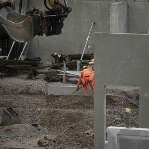 Työntekijä rakennustyömaalla.