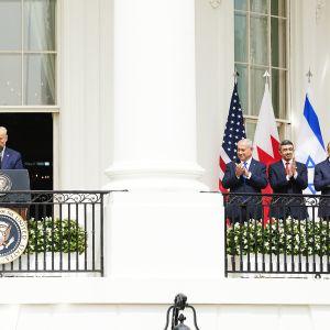 Donald Trump, Benjamin Netanjahu, Abdullah bin Zayed ja Abdulatif al-Zayani tiedotustilaisuudessa Washingtonissa.