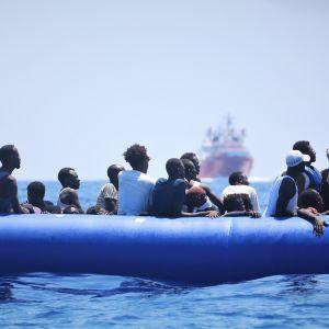 Kuvassa on pakolaisia merellä veneessä elokuussa 2019.