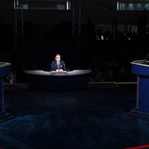 Presidenttiehdokkaat Donald Trump ja Joe Biden vaaliväittelyssä.