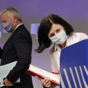 Kuvassa ovat Vera Jourova ja Didier Reynders.