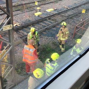 Kuvassa on onnettomuuspaikka Kauniaisissa junaradalla.