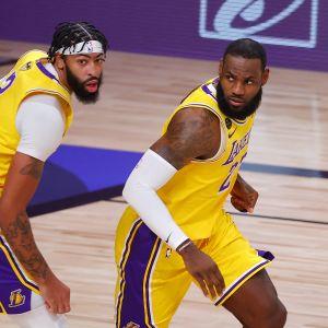 Anthony Davis ja LeBron James vierekkäin kentällä.