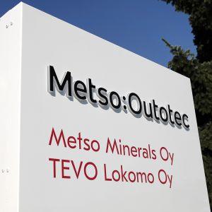 Kuvassa on Metso Outotecin kyltti Tampereella.