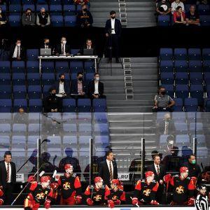 Jokereiden pelaajat ja tiimi on eristetty yleisöstä jääkiekon KHL:n ottelussa Jokerit vs Sibir Novosibirsk Helsingissä 25. syyskuuta 2020.