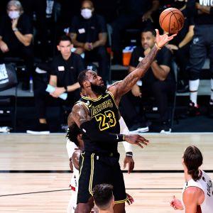 LeBron James tekee korin NBA-finaalissa Miami Heatia vastaan.