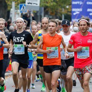 Jussi Utriainen (keskellä) ja Aki Nummela (oikealla, numero 451) kuvattuna Helsinki City Running Day -tapahtumassa.