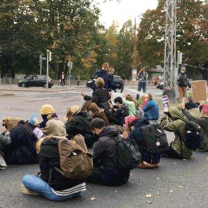Gig-animaatiossa poliisi kaasuttaa mielenosoittajia Helsingissä.