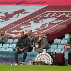 Jürgen Klopp mietteliäänä Villa Parkilla. Liverpool hävisi 2–7.