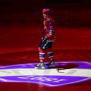 Anton Lundell jäällä ennen ottelun alkua.