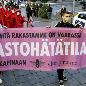 Ympäristöliike Elokapinan järjestämä kulkue Helsingin keskustassa.