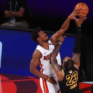 Jimmy Butler puolustaa LeBron Jamesia vastaan NBA:n finaaleissa 2020.