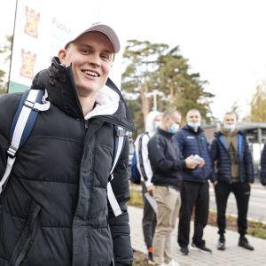 Telinevoimistelija Oskar Kirmes Santahaminan varuskunnan portin ulkopuolella Helsingissä. Kahdeksan telivoimistelijaa aloitti varusmiespalveluksen Puolustusvoimien urheilukoulussa Santahaminassa.