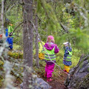 Lapset leikkivät metsässä.