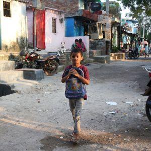 Koronapandempia on heikentänyt lasten elinoloja kymmenissä maissa, kertoo Pelastakaa Lapset -järjestö. Intiassa koronavirus on vaikeuttanut muun muassa lasten koulunkäyntiä.