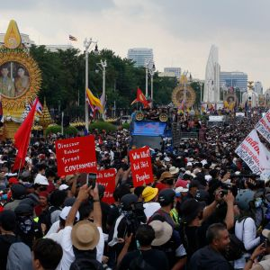 Hallituksen vastaiset mielenosoittajat vaativat pääministerin eroa ja vastustivat kuninkaallista eliittiä Bangokissa 14.10.2020.