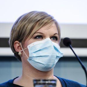 Kuvassa Annika Saarikko puhuu tiedotustilaisuudessa lokakuussa 2020.