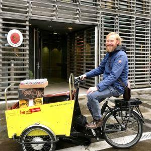 Oskari Lampisjärvi on koronakriisin aikana toimittanut Suomesta maahantuomiaan alkoholijuomia pyörällä suoraan ihmisten ja yritysten ovelle.