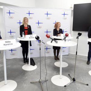 Ilkka Kanerva (vas.), Sari Multala, Susanna Rahkamo ja Jan Vapaavuori Olympiakomitean puheenjohtajaehdokkaiden julkisessa kuulemistilaisuudessa Suomen Urheilumuseossa Helsingissä 21. lokakuuta 2020.