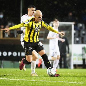 Hongan Javier Hervas Salmoral ja Lahden Altin Zeqiri jalkapallon Veikkausliigan ottelussa.