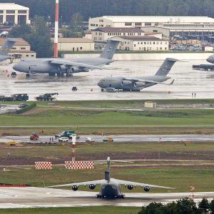 Yhdysvaltain ilmavoimien kuljetuskoneita Rammstainin lentotukikohdassa.