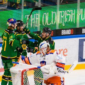 Ilves-pelaajat juhlivat Panu Miehon avausmaalia kauden ensimmäisessä paikallispelissä.