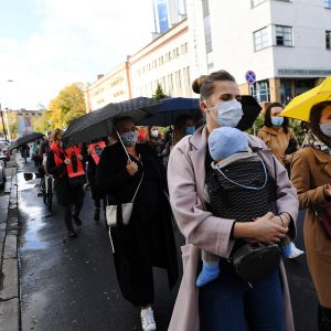 Kuvassa puolalaiset naiset marssivat tiukentuvaa aborttilakia vastaan.