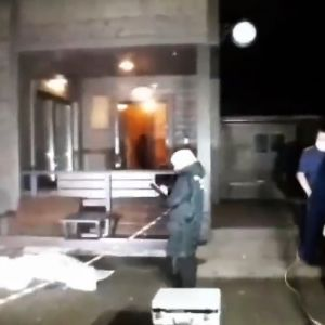 Kuvassa tutkitaan Alexander Petrovin murhapaikkaa.