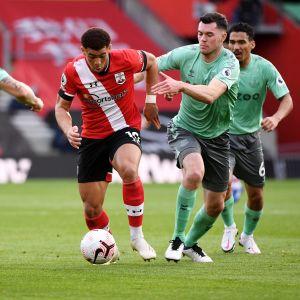 Southamptonin Che Adams hyökkää Evertonin Michael Keanen ja Lucas Dignen välistä.