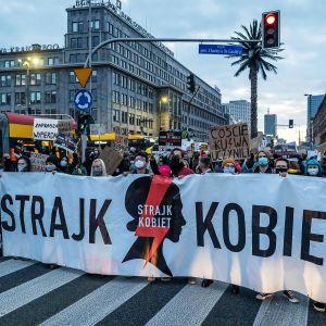 Mielenosoittajat sulkivat liikenteen Varsovan keskustassa 26. lokakuuta.