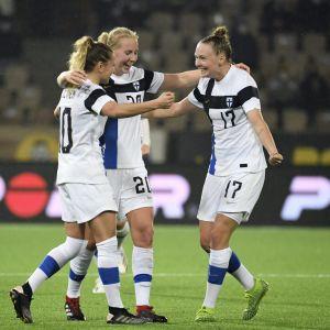 Emmi Alanen (vas), maalintekijä Eveliina Summanen ja Sanni Franssi juhlivat 1-0 voittoa.
