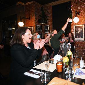 Asiakkaat ja työntekijä juhlivat koronasulun loppumista ruokaravintolassa Melbournessa.