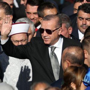Erdogan saapumassa moskeijan avajaisiin.