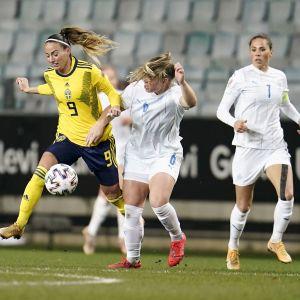 Ruotsin Kosovare Asllani (vas.) ja Islannin Ingibjorg Sigurardottir