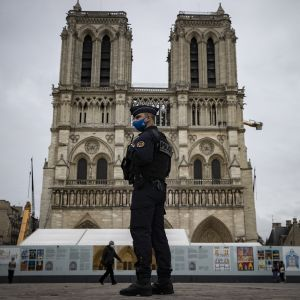 Kuvassa poliisi seisoo Nizzan Notre-Dame-basilikan edessä. Hyökkäys tehtiin basillikassa.