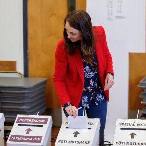 Jacinda Ardern äänestää.
