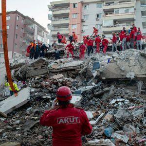 Pelastustyöntekijöitä maanjäristyksessä tuhoutuneen talon rauniolla Izmirissä.