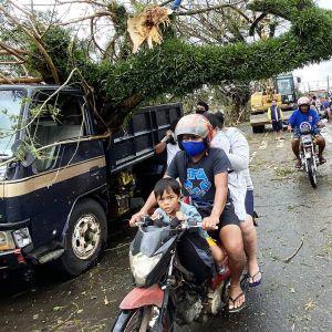 Goni-myrskyn aiheuttamaa tuhoa  Tigaonin kaupungissa.