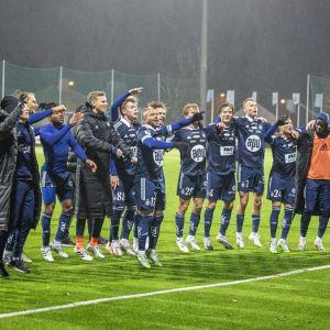 HJK:n pelaajat juhlivat kuvassa