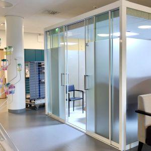 Kuvassa moduulihuone sairaalan sisällä.