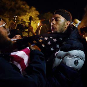 Presidentti Donald Trumpin kannattaja otti yhteen Black Lives Matter -mielenosoittajien kanssa Valkoisen talon edustalla Washingtonissa äänestyspäivän iltana.