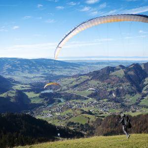 Turistit harrastivat varjoliitoa Alpeilla lokakuun lopulla.