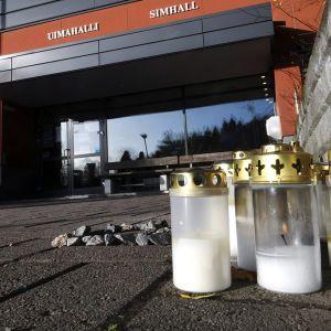 Kynttilöitä Porvoon uimahallin edustalla 6. marraskuuta 2020.