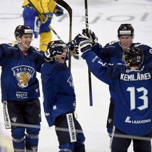 Valtteri Kemiläinen saa onnitteluja iskettyään 3-2-voittomaalin Ruotsin verkkoon.