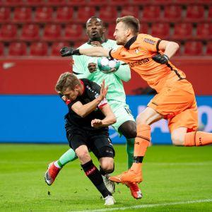 Leverkusenin Lukas Hradecky tositoimissa Marcus Thuramia ja Borussia Mönchengladbachia vastaan.